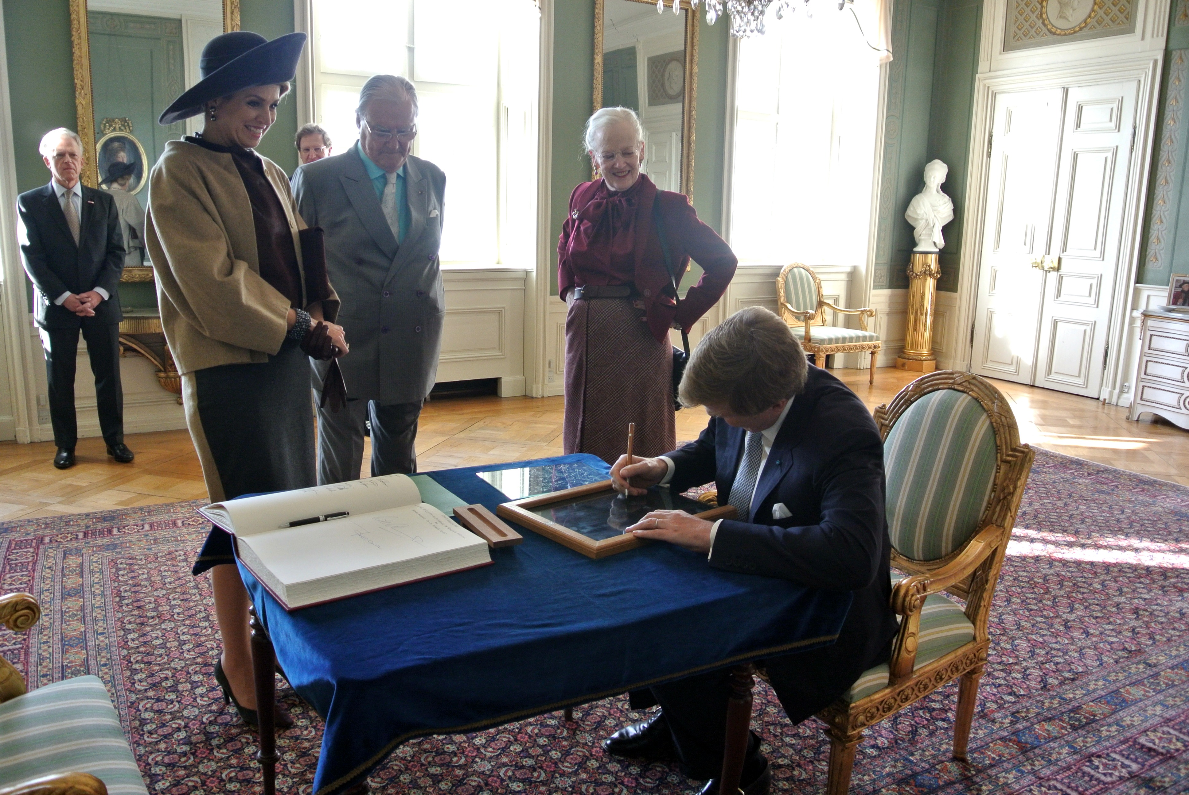 Engraving a window pane with their signature is a tradition at Fredensborg Slot when royal guests stay overnight. Here the Dutch King and Queen during their visit in 2015. Picture: Chritian Meyer, Kongehuset.